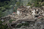 Италиянын Аматриче шааарындагы зилзаладан кыйраган үйлөр.