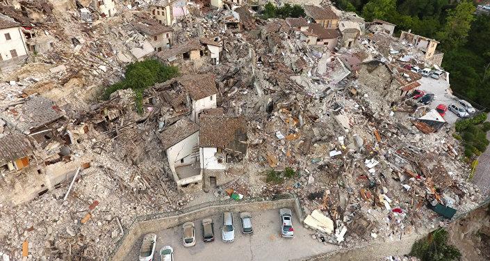 Разрушенные дома от сильного землетрясения в городе Аматриче в Италии