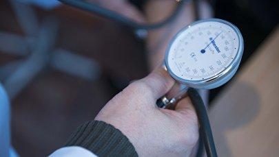 Врач проверяет артериальное давление у пациента. Архивное фото
