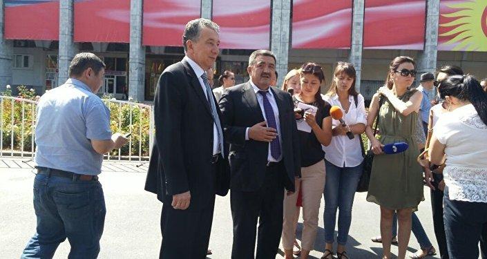 Мэр Бишкека Албек Ибраимов сказал, что на церемонии открытия фотовыставки установили специальные лайт-боксы, позволяющие видеть фотографии даже ночью.