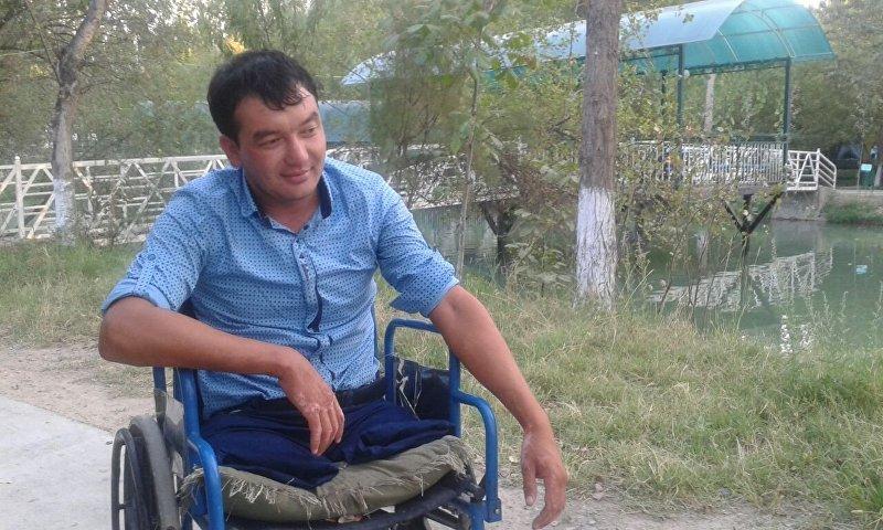 Тамада из Оша в инвалидной коляске Эрнис Турганбаев. Архивное фото