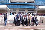 Уборка во время визита премьера — Жээнбеков на иссык-кульском ипподроме