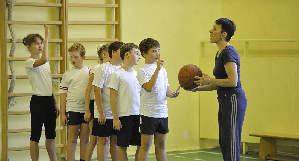 Учитель на уроке физкультуры. Архивное фото