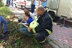 Сотрудник МЧС России рядом с пострадавшим у склада на северо-востоке Москвы, где произошел пожар.