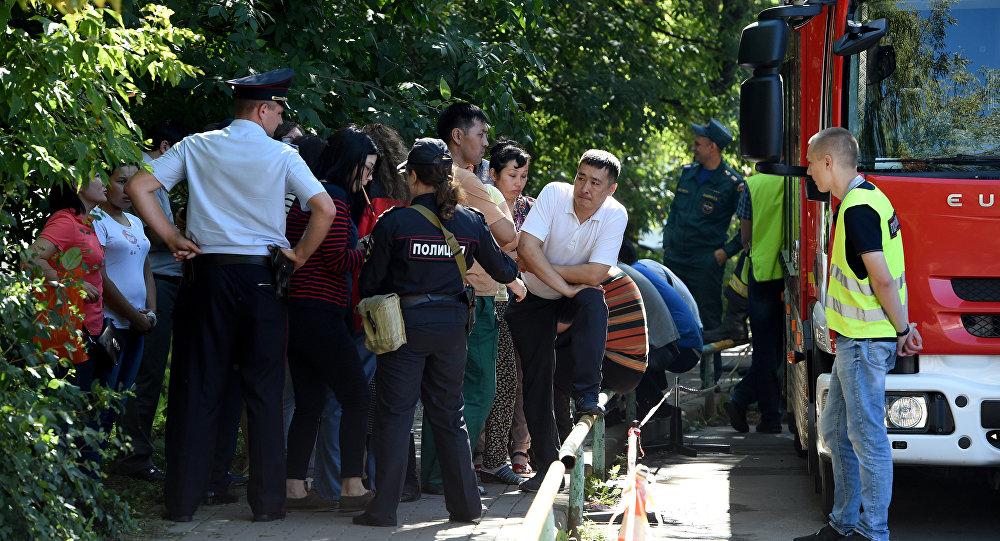 Сотрудники полиции и МЧС около типографии на северо-востоке Москвы, где в одном из зданий произошел крупный пожар, в результате которого погибло 17 человек.