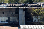 Сотрудники МЧС около типографии на северо-востоке Москвы, где в одном из зданий произошел крупный пожар, в результате которого погибло 17 человек.
