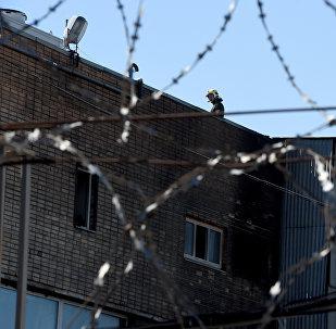Сотрудники МЧС около типографии на северо-востоке Москвы, где в одном из зданий произошел крупный пожар, в результате которого погибло 17 человек. Архивное фото