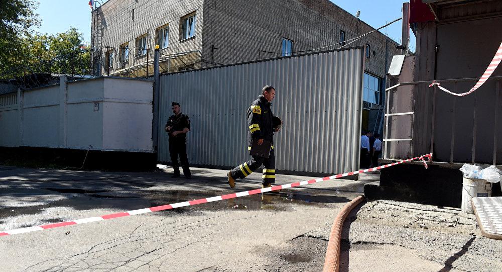 Сотрудники МЧС около типографии на северо-востоке Москвы, где в одном из зданий произошел крупный пожар. Архивное фото