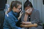 Родственники около типографии на северо-востоке Москвы, где в одном из зданий произошел крупный пожар, в результате которого погибло 17 человек.
