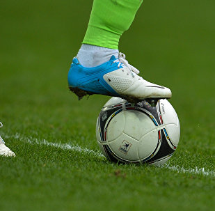 Мяч и футболист. Архивное фото