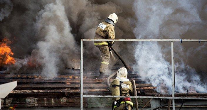 Архивное фото сотрудников пожарно-спасательных подразделений МЧС России
