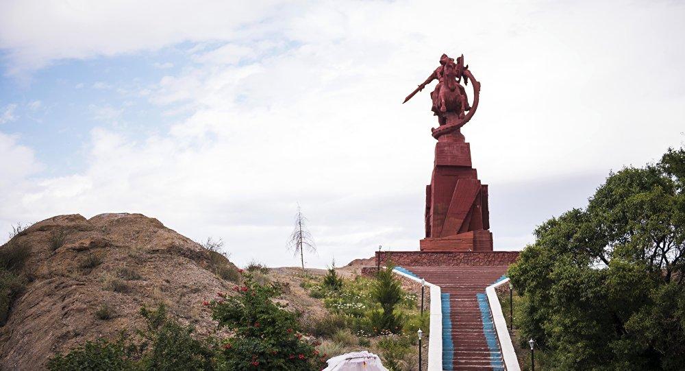 Эпический комплекс-памятник Манас, расположенный в двух километрах от города Баткен. Архивное фото