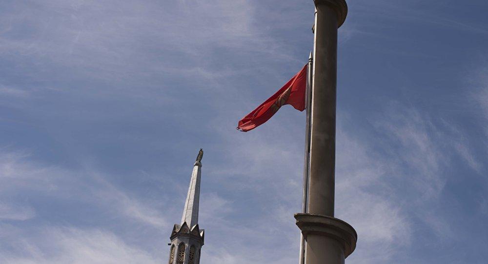 Приспущенный флаг на аллее Молодежи в Бишкеке. Архивное фото