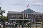 Бишкек шаарынын мэриясындагы түшүрүлгөн желек.
