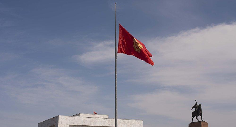 Приспущенный флаг Кыргызстана в центральной площади Ала-Тоо. Архивное фото