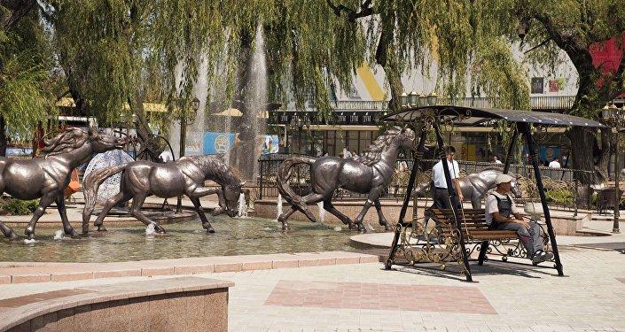Лошадки на фонтанном комплексе возле Центрального универсального магазина Айчурек после реконструкции