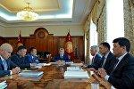 Өлкө башчы Алмазбек Атамбаев референдум жолу менен Конситуцияга өзгөртүүлөрдү киргизүү демилгесин көтөргөндөр менен жолугушуу учурунда