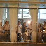 Москва шаарындагы басмаканадан чыккан өрттөн каза болгон 14 кыргызстандык кыз-келиндин сөөгүн туугандары Манас аэропортунан күтүп жатышат