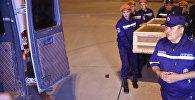 Сотрудники МЧС КР выгружают тело погибшего. Архивное фото