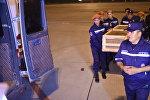 Сотрудники МЧС КР выгружают груз 200. Архивное фото