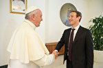 Основатель социальной сети Facebook Марк Цукерберг во время встречи с Папой Римским Франциском в Ватикане