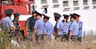 Сотрудники правоохранительных органов на месте взрыва автомашины марки Mitsubishi Delica, протаранившей ворота дипломатического представительства Китая в Бишкеке.