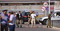На месте взрыва автомашины марки Mitsubishi Delica, протаранившей ворота дипломатического представительства Китая в Бишкеке.