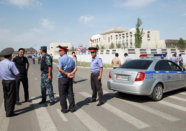 Сотрудники МВД у здания дипломатического представительства Китая в Бишкеке, где произошел теракт. Архивное фото