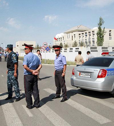 Сотрудники МВД у здания дипломатического представительства Китая в Бишкеке, где произошел взрыв автомашины марки Mitsubishi Delica