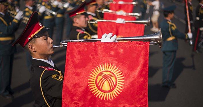 Кыргызстандын желеги көтөргөн жоокерлер. Архив