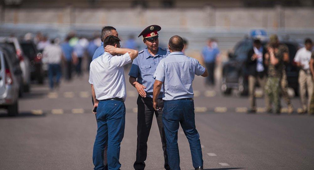 Милиционеры опрашивают свидетелей и очевидцев у дипломатического представительство Китая в Бишкеке, на территории которого произошел взрыв автомашины марки Mitsubishi Delica.