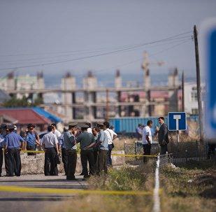 Следственно-оперативная группа, у дипломатического представительство Китая в Бишкеке, на территории которого произошел взрыв автомашины марки Mitsubishi Delica.
