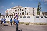 Сотрудники правоохранительных органов рядом с дипломатическим представительством Китая в Бишкеке, на территории которого произошел взрыв автомашины марки Mitsubishi Delica.