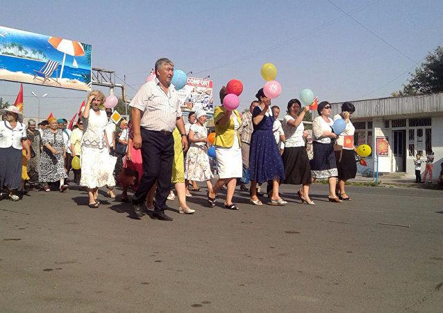 Участники парада на праздновании 25-летия независимости Кыргызстана в Джалал-Абаде
