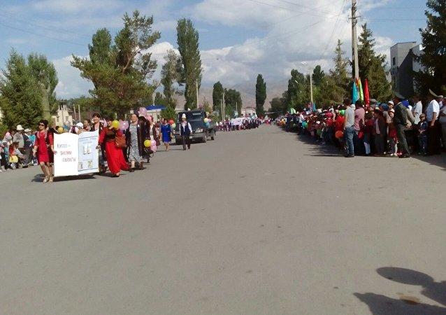 Люди на праздновании 25-летия независимости Кыргызстана в Кочкоре