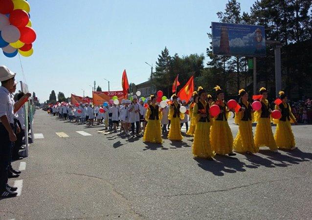 Шествие в честь празднования 25-летия независимости Кыргызстана в Баткене