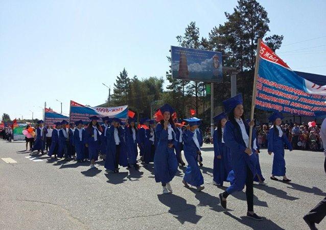 Шествие выпускников в честь празднования 25-летия независимости Кыргызстана в Баткене