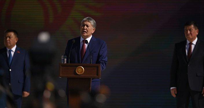 Президент Алмазбек Атамбаев Конституцияга өзгөртүү киргизүүнүн тегерегинде айтылып жаткан күнөөлөр негизсиз.