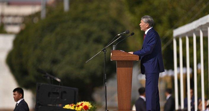Президент Алмазбек Атамбаев выступает на праздновании 25-летия независимости Кыргызстана на площади Ала-Тоо в Бишкеке