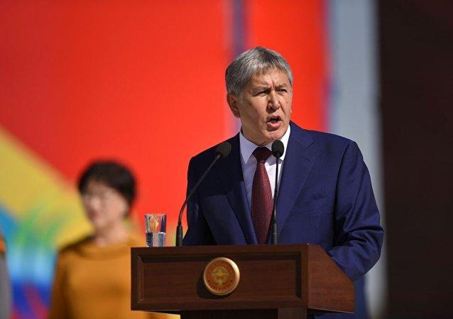 Президент Алмазбек Атамбаев выступает на праздновании 25-летии независимости Кыргызстана в Бишкеке на площади Ала-Тоо