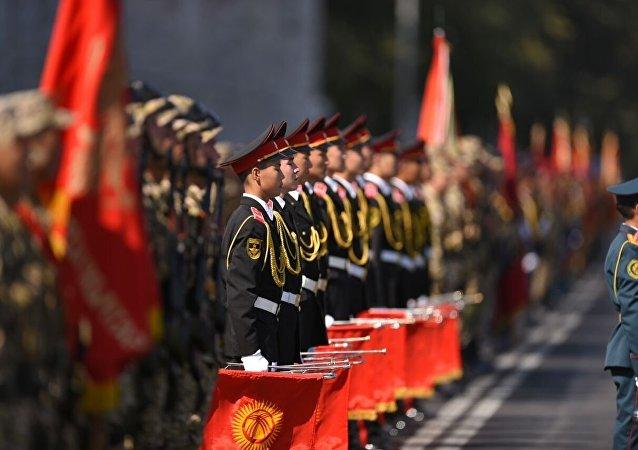 Солдаты Национальный гвардии на праздновании 25-летии независимости Кыргызстана в Бишкеке на площади Ала-Тоо
