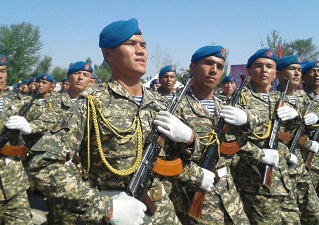 Военнослужащие во время военного парада в честь 25-летия независимости Кыргызстана в Баткене