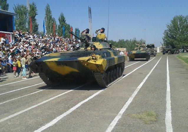 Военная техника на военном параде в честь 25-летия независимости Кыргызстана в Баткене