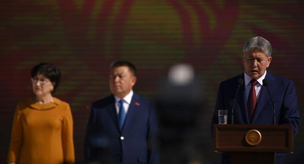 Роза Отунбаева покинула площадь Ала-Тоо после речи президента