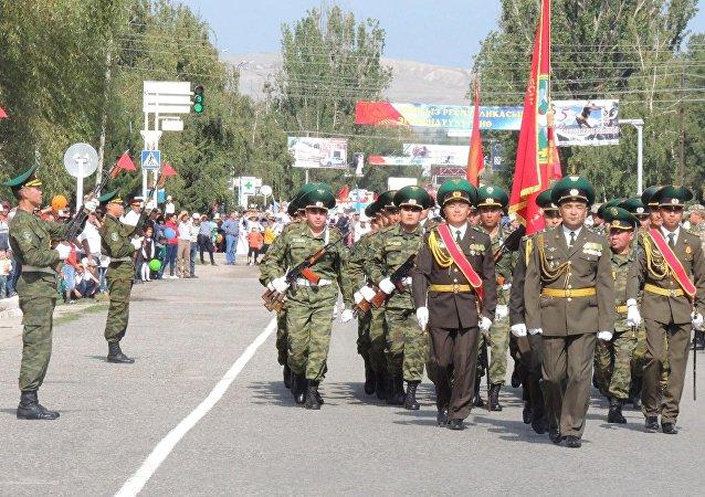 Военнослужащие на шествии во время празднования 25-летия независимости Кыргызстана на площади в Караколе