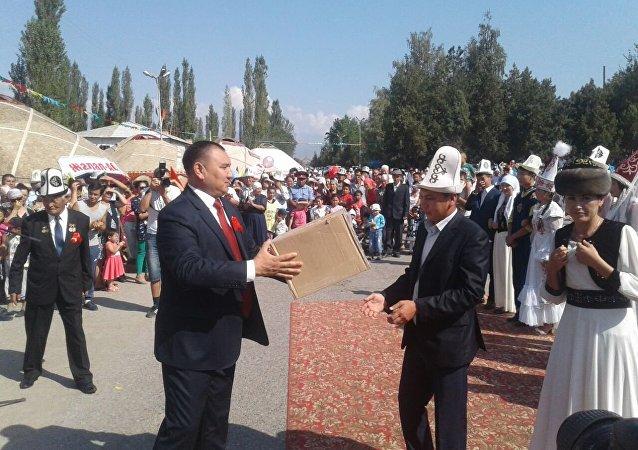 Свадьбеные пары на праздновании 25-летия независимости Кыргызстана в Ала-Буке