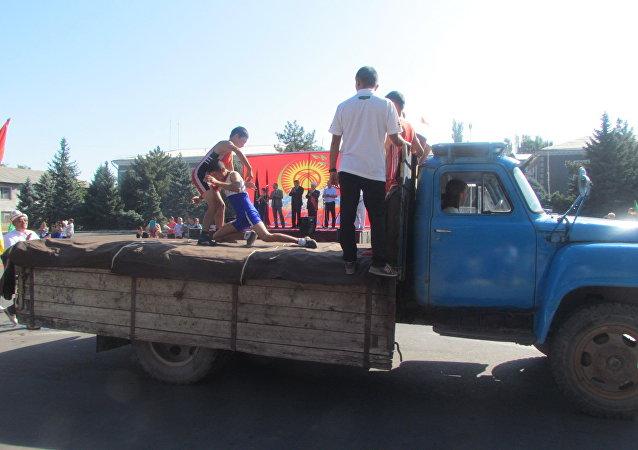 Соревнование по борьбе среди юношей на праздновании 25-летия независимости Кыргызстана в Кара-Балте