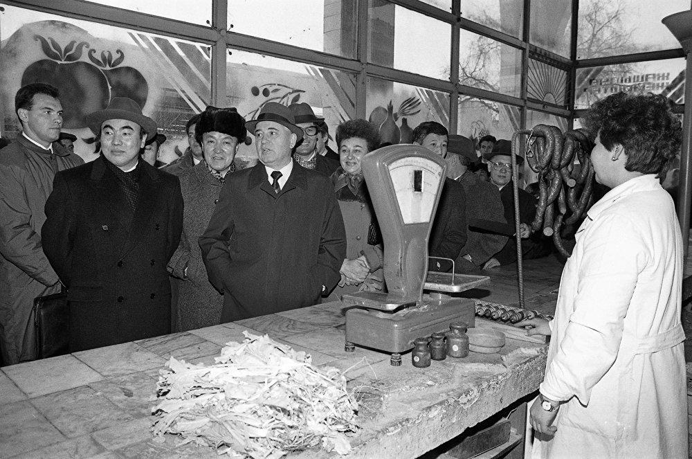 1991-жыл. Горбачевдин СССРдин президенти катары жасаган акыркы сапары. Сүрөттө Акаев, Исанов жана Горбачев Ош базарында