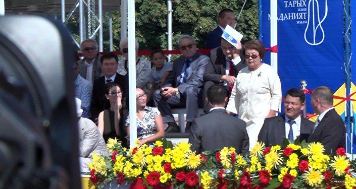 Экс-президент Отунбаева Атамбаев сүйлөп жатканда сахнадан кантип түшүп кетти