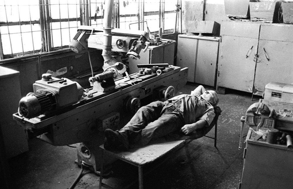 1994-жылы Кыргызстан PESAC программасынын мүчөсү болгон. Кыргызстанда бир нече өнөр-жайлар жабылган. Бирок Кант цемент-шифер заводу ишин сактап калган. Сүрөттө Фрунзе атындагы завод